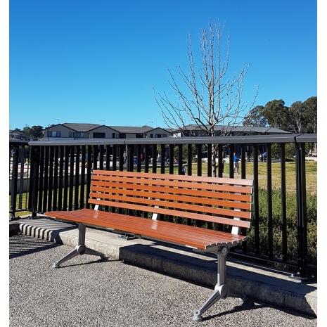 London Seat - Splay Leg - Wood Grain Aluminium - Western Red Cedar